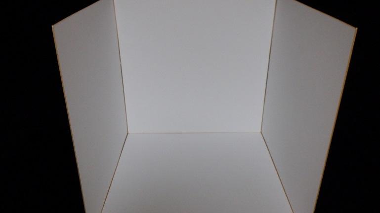 色紙を組み立てて撮影用ボックスを作る