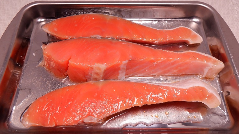 鮭 酒と塩を振って下準備