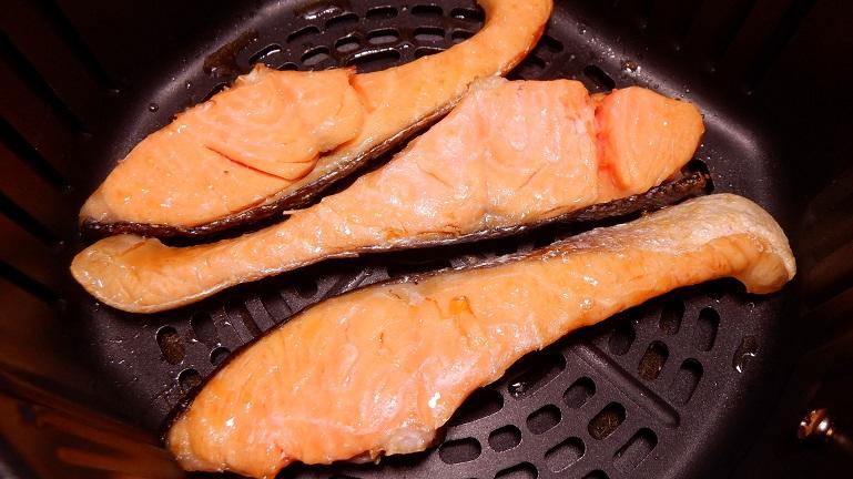 カラーラで鮭 裏返して追加で加熱3分後