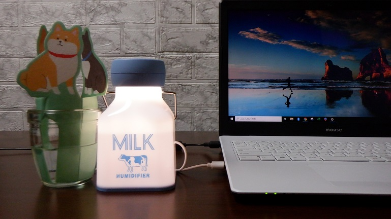 卓上にミルク瓶型ミニ加湿器とペーパー加湿器を置く