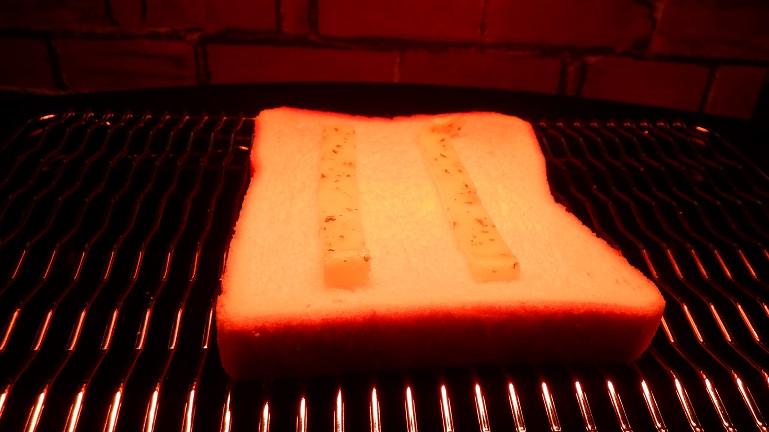 ガーリックスプレッドを乗せてトースト