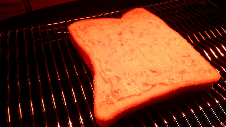 パンにツナマヨを塗る