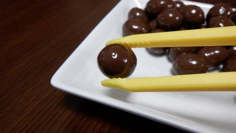 ポテトング イエロー チョコをつまむ