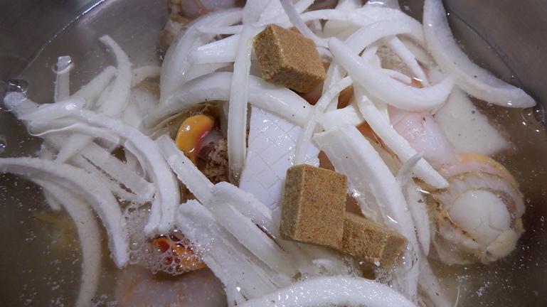 ホットクック内鍋に コンソメ水塩コショウを投入