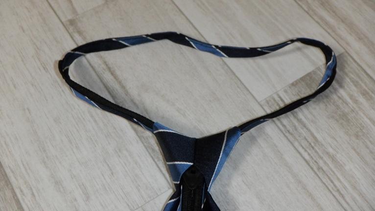 ワンタッチネクタイ ノット部分持ち輪っかを引き上げる