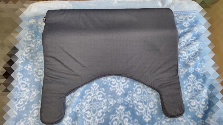 枕 エム―ルボディアッパーピロー2 布団に置いた感じ