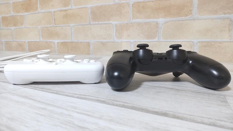PS4用ホリワイヤードコントローラーと純正コントローラー 高さ