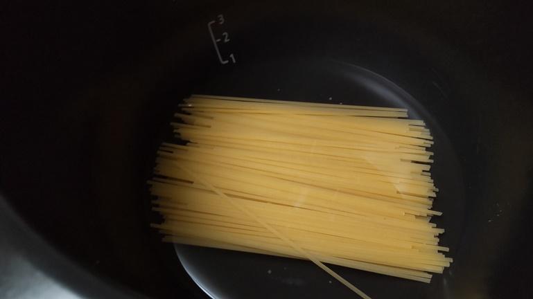 内鍋に水とスパゲッティ